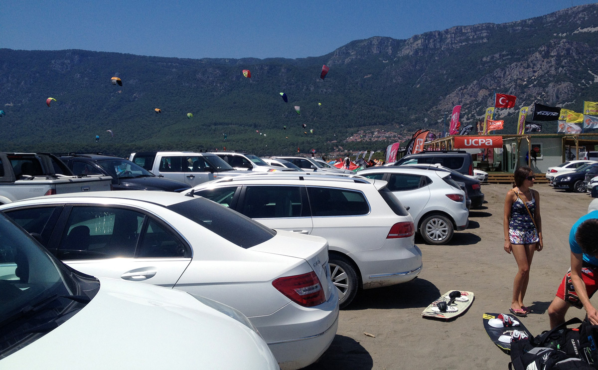 Busy parking lot at Akyaka Gökova kitesurf spot