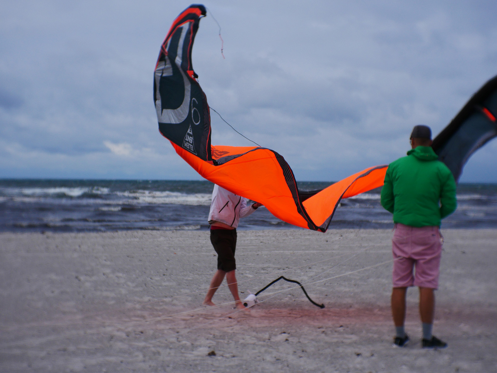 Setting up a kite at a grey Skanor.
