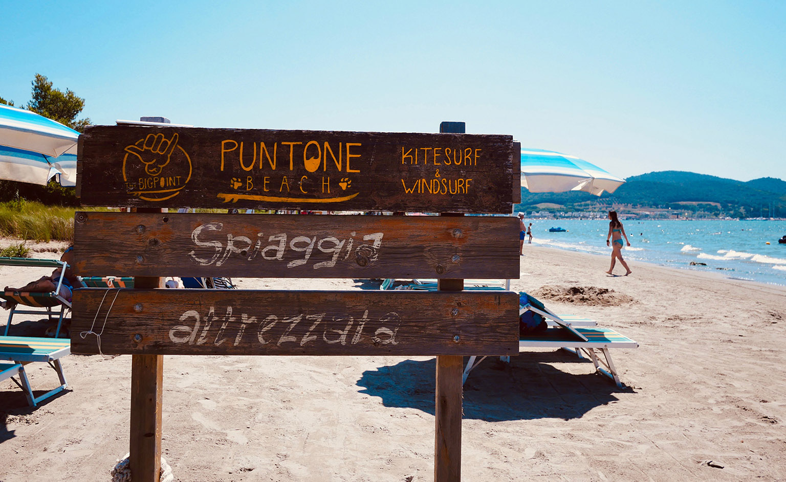 Puntone beach sign on the beach.